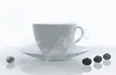 The steaming cup of dreams... (esterc1) Tags: humeante taza invierno smileonsaturday whiteinbacklight highkey blanco