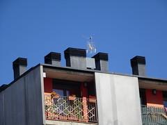 Puigcerda (Baixa Cerdanya) (visol) Tags: chimneys xemeneies tximinia xemeneie xememeie chimney cat arquitectura camino catalonia girona catalunya chimeneas cataluña tejados camini chamine cheminées catalogne barbacana rooftops roofs tejado pyrenees pyrénées pirineo tejas pirineu teulat teulades teulas