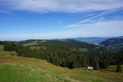 DSC03004 (Bergwandern Alpen) Tags: alps hiking alpen bergwandern kantonschwyz berglandschaft büelhöchi hügellandschaft hütte berghütte alphütte sattelegg herbst herbststimmung hills