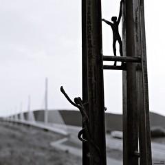 """""""En mémoire des bâtisseurs"""" (Un jour en France) Tags: canoneos6dmarkii canonef1635mmf28liiusm noiretblanc noiretblancfrance pont millau statue"""