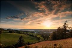 Die Farben der Sonne (linke64) Tags: thüringen deutschland germany gegenlicht natur landschaft licht himmel wolken wolkenhimmel hügel bäume baum büsche berge busch sonne sonnenuntergang sommer feld farben farbe
