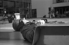 Sleeping Beauty (4foot2) Tags: sleepingbeauty streetphoto streetshot street streetphotography candid candidportrate reportage reportagephotography people peoplewatching peopleofbrighton interestingpeople brighton analogue film filmphotography 35mmfilm blackandwhite bw mono monochrome rolleiretro rolleiretro400s 400s hc110 kodakhc110 kodak vitob voigtländervitob voigtländer 2019 fourfoottwo 4foot2 4foot2flickr 4foot2photostream