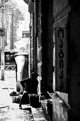 002028 (la_imagen) Tags: sw bw blackandwhite siyahbeyaz monochrome street streetandsituation sokak streetlife streetphotography strasenfotografieistkeinverbrechen menschen people insan georgien georgia dezerterbazaar tiflis tfilisi streetvendor streetseller contrast aykırılık kontrast