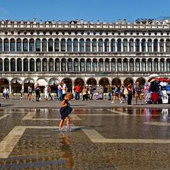Venezia / Piazza San Marco / Aqua Alta (Pantchoa) Tags: venise italie europe place saintmarc eau reflets façade enfant piedsdansleau vénétie architecture aquaalta