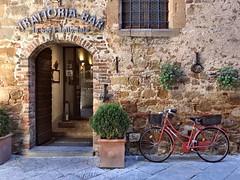 Pienza (Jolivillage) Tags: jolivillage village pueblo borgo pienza valdorcia toscane tuscany toscana vélo bicyclette bike picturesque geotagged italie italy italia europe europa trattoria restaurant porte porta door