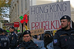 Rally with Police Protection (Wolfgang Bazer) Tags: 一國兩制 hongkong hong kong 香港 demonstration kundgebung rally polizei police polizeischutz chinese mob protection aggressive 反對逃犯條例修訂草案運動 protests proteste gewaltbereiter chinesischer mariahilfer strase mariahilf neubau wien vienna österreich austria