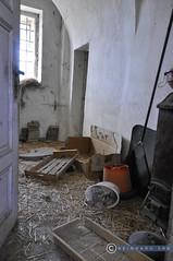 Weinviertel Niederösterreich_DSC1138 (reinhard_srb) Tags: weinviertel niederösterreich lost place indoor kammer stroh werkzeug kiste heu kübel hausrat müll fenster tür cacher