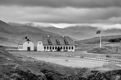 Lonely in the nature. (Zoom58.9) Tags: sky clouds mountains hills house building landscape nature outside bw monochrome europe iceland reykjavik himmel wolken berge hügel haus gebäude landschaft natur draussen sw sony sonydscrx10m4 fence zaun rocks gestein