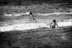 Détente /  Impulse (vedebe) Tags: merméditerranée mer plage enfants jeux noiretblanc netb nb bw monochrome saut paysages beach beaches sea