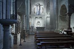 En román paladino. (elojeador) Tags: iglesia iglesiarománica banco bancada mármol piedra altar cruz cristo santamaríamagdalena ramo ramillete columna sagrario luz directoysinfloritura elojeador