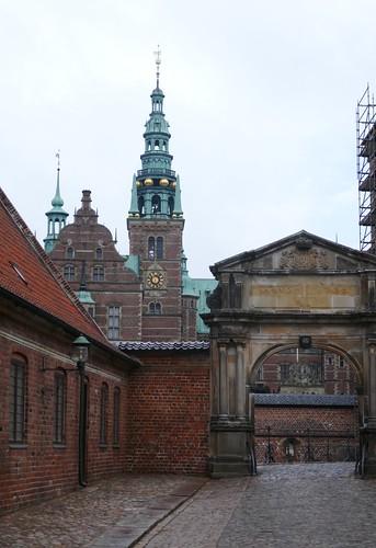 Entrée dans la deuxième cour, château de Frederiksborg (XVIe-XVIIe), Hillerød, Sélande, Danemark.