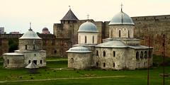 Dans la forteresse d'Ivangorod (2) (8pl) Tags: fort mur forteresse église moyenâgeux russie ivangorod pelouse histoire coupole toit orthodoxe religieux tour ronde
