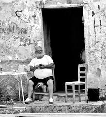 Sulla soglia. (sangiopanza2000) Tags: uomo man sedie chairs seduto sitting anziano elderly sangiopanza