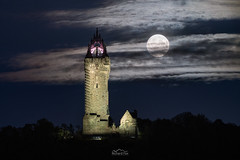 Ecthelion (http://www.richardfoxphotography.com) Tags: wallacemonument stirling stirlingshire astrophotography nightphotography nightsky moonrise lunar monument telephoto