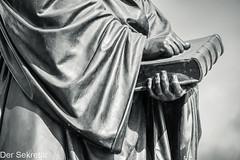 """""""Hier stehe ich. Ich kann nicht anders."""" --- """"Here I stand. I cannot act otherwise."""" (der Sekretär) Tags: bibel bronze bruder buch denkmal detail deutschland drmartinluther dresden frauenkirche freestateofsaxony freistaatsachsen germany gewand hand himmel mensch menschen mönch sachsen saxionia saxony statue bible book brother closeup gown heiligeschrift holyscripture memorial monk monument people person sky robe"""