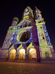 Lichterfest 2019 - Kaiser-Wilhelm-Gedächtniskirche (Pascal Volk) Tags: berlin charlottenburg breitscheidplatz kaiserwilhelmgedächtniskirche berlincharlottenburgwilmersdorf lichterfest berlinleuchtet festivaloflights illuminated berlinilluminated projection kaiserwilhelmmemorialchurch iglesiamemorialkaiserwilhelm nacht night noche herbst fall autumn otoño wideangle weitwinkel granangular superwideangle superweitwinkel ultrawideangle ultraweitwinkel ww wa sww swa uww uwa canoneosr canonrf1535mmf28lisusm 15mm manfrotto mt055xpro3 468mgrc2 dxophotolab