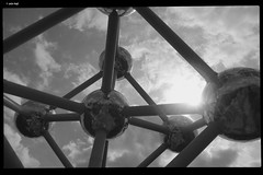 DSCF2673 (anto-logic) Tags: bruxelles brussel atomium europe europa belgio belgium eu persone people street strada via streetshots streak photoshop blackandwhite biancoenero bw bn postproduzione pp filter effects filtri effetti plugins alienskin topazlabs pov dof pointofview puntidivista prospettiva perspective wide grandangolo bokeh focus depthoffield profonditàdicampo pubs celtica città city old vecchia antica ancient tipica tipical birra beer bello vacanza ferie holidays libero free gioia joy divertimento fun beautiful lovely nice handsome gorgeous fuji