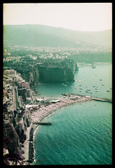 Italian coast (Lomochrome Purple) (mmartinsson) Tags: nikonf3 nikkor50mmf14 analoguephotography epsonperfectionv700 2019 35mm film scannegative vicoequense neapel italien