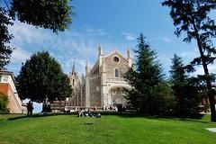 Iglesia de San Jerónimo el Real - Madrid- (EduOrtÍn.) Tags: iglesia jerónimos madrid parque árbol hierba gente cielo cesped