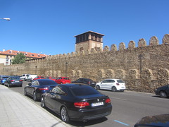 The Medieval citywalls (o cerca) and tower. (d.kevan) Tags: citywalls walls battlements avenidadeindependencia street tower cars buildings pavement streelamps xiithcentury leon immaculateconception doublewall convent