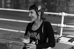 sonrisa cautivadora (Samarrakaton) Tags: street people blackandwhite bw byn blancoynegro monocromo nikon gente bilbao d750 bizkaia bilbo callejera 2019 2470 nave9 samarrakaton woman beautiful mujer preciosa