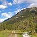 Der Kramerplateauweg (39) - Wegabzweig und Blick auf das Wettersteingebirge