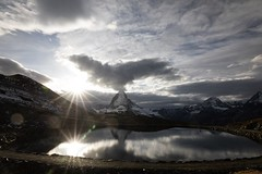 La tête dans les nuages et les étoiles (Claude Schildknecht) Tags: montagne mountain berg valais suisse schweiz switzerland matterhorn cervin reflection reflet sun cloud nuage lac lake see autumn