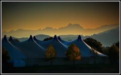 Gipfel ohne Ende (einfache Fotomomente) Tags: panasonic dmcg81 ƒ80 1260 mm 11000 200 zelt berge zirkus veranstaltung action dach landschaft