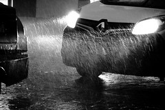 Renapée pleins phares ! (Tonton Gilles) Tags: renapée détail urbain voiture camionnette noir et blanc phares lumières rayons gouttes deau pluie saucée