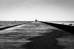 Nieuwe Waterweg en Noordzee (Hans de Meij) Tags: rotterdam hoekvanholland noordzee northsea noorderhoofd hightide sea sky people pier monochrome blackandwhite