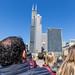 Touristen entdecken die Wolkenkratzer von Chicago auf einer Bootfahrt von Shoreline Sightseeing