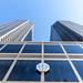 Das CME Gebäude in Chicago: Aufnahme von unten mit dem Logo und den zwei Türmen auf einem sonnigen Tag