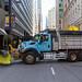 Großer LKW der Stadt Chicago quer geparkt, um eine Straße in Downtown Chicago abzusperren