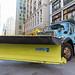 Blau-gelber LKW sperrt eine Straße in Downtown Chicago aus Sicherheitsgründen während der Kolumbus-Tag Parade ab