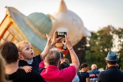 Look daddy! (http://www.paradoxdesign.nl) Tags: barneveld ballon fiesta 2019 balloon child point shoot mobile phone smart hot air hete lucht netherlands