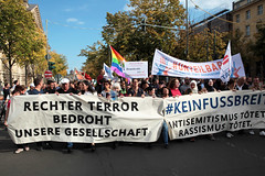 #KeinFussbreit Antisemitismus tötet! Rassismus tötet! Berlin, 13 (bsdphoto) Tags: demonstration protest demo berlin politik keinfussbreit antisemitismustötet rassismustötet rassismus antirassismus antisemitismus rechterterror rechtsterror unteilbar unterdenlinden transparent antifaschismus deutschland