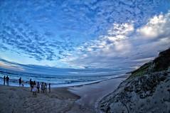 Fim de Tarde (Arimm) Tags: arimm entardecer tarde sol praia mar oceano costa água areia nuvem azul gente sony nexc3 e 16mm f28