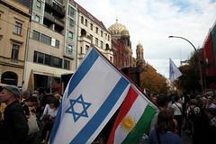 #KeinFussbreit Antisemitismus tötet! Rassismus tötet! Berlin, 13 (bsdphoto) Tags: demonstration protest demo berlin politik keinfussbreit antisemitismustötet rassismustötet rassismus antirassismus antisemitismus rechterterror rechtsterror unteilbar abschlusskundgebung oranienburgerstrase neuesynagoge synagoge jüdisch israelischeflagge flaggeisraels antifaschismus deutschland