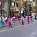 Frauen in traditionellen Kostümen aus Ost-Asien nehmen an der Kolumbus-Tag Parade teil
