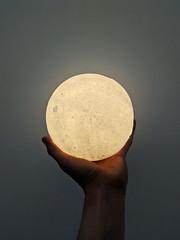 La luna es mía. (s_manrique) Tags: luna lampara mano