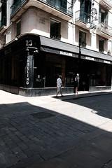 Waiting At Schilling's Barcelona (Bury Gardener) Tags: catalonia spain europe 2019 streetphotography street streetcandids snaps strangers candid candids people peoplewatching folks fujixt3 fuji fujifilm bw blackandwhite monochrome mono