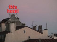 DSCF3417 (Benoit Vellieux) Tags: france lyon 2èmearrondissement 2nddistrict perrache soir evening abend maison house haus toit roof dach enseignelumineuse leuchtwerbung neonsign hotel cheminée chimney schornstein