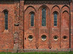 Groningen: Termunten, Ursuskerk wall (Henk Binnendijk) Tags: ursuskerk termunten groningen nederland netherlands dutch holland wall muur baksteen bricks windows ramen fenetres dwwg