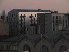 DSCF3419 (Benoit Vellieux) Tags: france lyon 2èmearrondissement 2nddistrict perrache crépuscule twilight dusk zwielicht dämmerung maison house haus immeubledhabitation apartmentblock wohngebäude toit roof dach