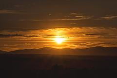 Rallando el sol (lebeauserge.es) Tags: madrid españa dehesadelavilla atardecer naturaleza montaña sol nubes naranja