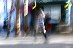 (jc.dazat) Tags: flou blur icm personnage people femme woman lady rue street couleurs colors photo photographe photographie photography canon jcdazat
