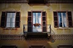Per le vie di Vercelli (ornella sartore) Tags: vercelli finestre balcone ferro battuto fiori colori particolari allaperto luce ombra riflesso
