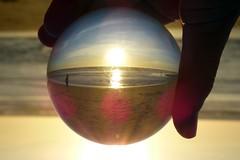 playa (alienganímedes) Tags: esfera playa cádiz ocaso andalucía mano