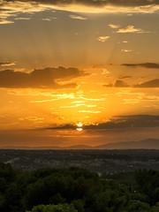 El sol en caída libre (2) (lebeauserge.es) Tags: madrid españa dehesadelavilla atardecer naturaleza montaña sol nubes naranja