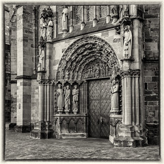 Doorway Church of Our Lady (Liebfrauenkirche), Trier (Germany) (werner.marx.kell) Tags: analog film meinfilmlab mediumformat foitzikfoinix foinar kodakektar100 trier churchofourlady liebfrauenkirche